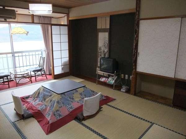 精進湖越しの富士山を眺めながら寛ぐ和室例