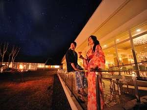 色浴衣を着て、中庭を散歩。八幡平の星空とカクテルに二人の願いを込めて