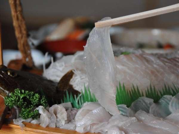 【朝獲れヒラメの船盛り】白く透き通った身が特徴。お酒がよく合います♪