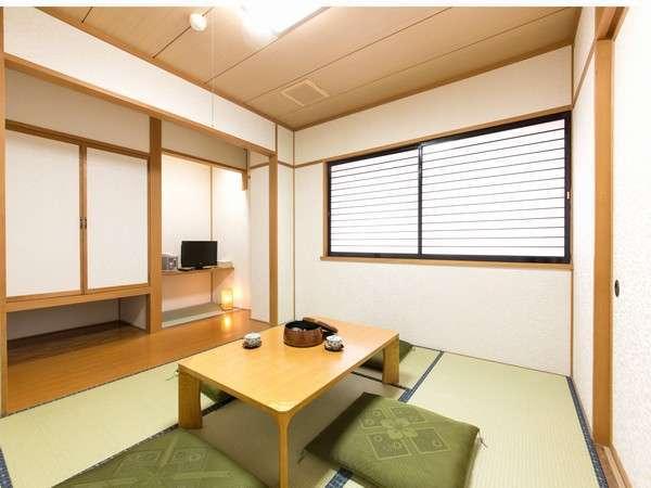 客室(一例)。ご出発時間まで、ごゆっくりとお寛ぎいただけます。