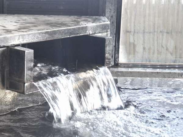 溢れ出す翠山荘自家泉と湯田温泉配給協同組合泉とのミックス泉。