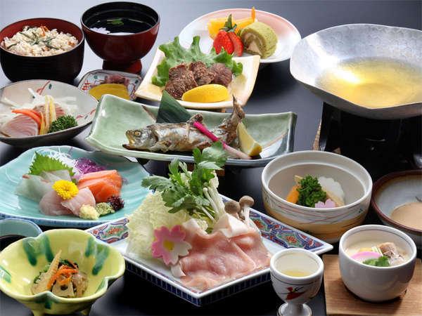 【夕食一例】主に地元食材を使用した地産地消の会席コースをご用意。県北名物のワニ料理も必食です♪