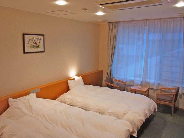 ゆったり眠れるベッドのお部屋。ちょうどいい明るさがくつろぎにピッタリです♪