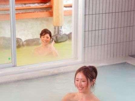 <百泉の湯>露天風呂と内風呂で異なるお湯を楽しめます。