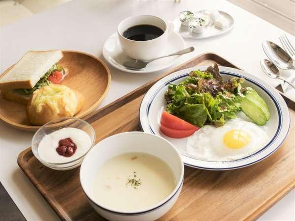 朝食の一例 ■北海道産小麦を使った自家製パンをはじめとしたメニューです