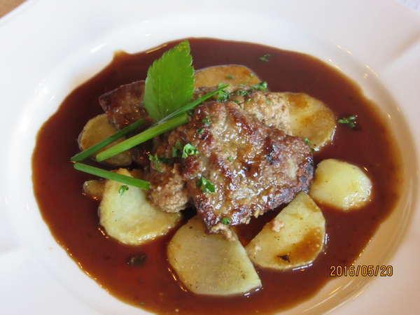 ある日のメインディッシュ、牛フィレ肉のフォアグラパテはさみ焼マルサラソース