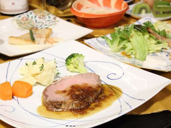 *料理はスープ、前菜のサラダ、魚料理、肉料理、デザートのフルコース!