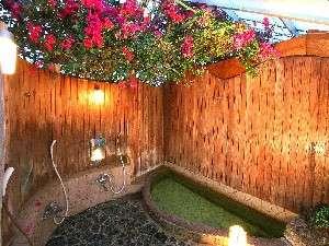 ブーゲンビリアに囲まれた温泉お風呂で旅の疲れを癒してください