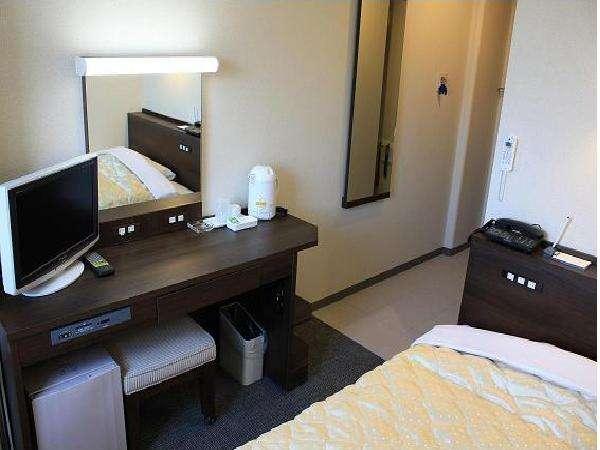 シングル室です。ベッドは123cm幅のセミダブルサイズ。