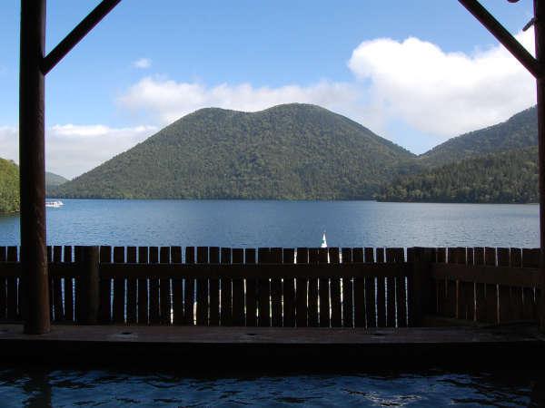 源泉100%の露天風呂から、静かな湖畔とぽってりした「くちびる山」を一望