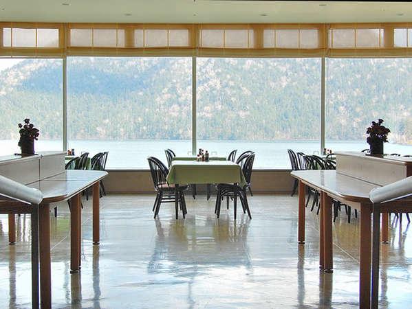 【レストランレイクビュー】まるで、湖の上で食事をしているかのうような贅沢な空間