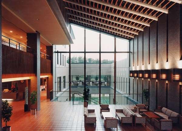 ホテル中央部にあるロビーは、高さ約10mの吹抜けがあり、開放的雰囲気を醸し出しています。