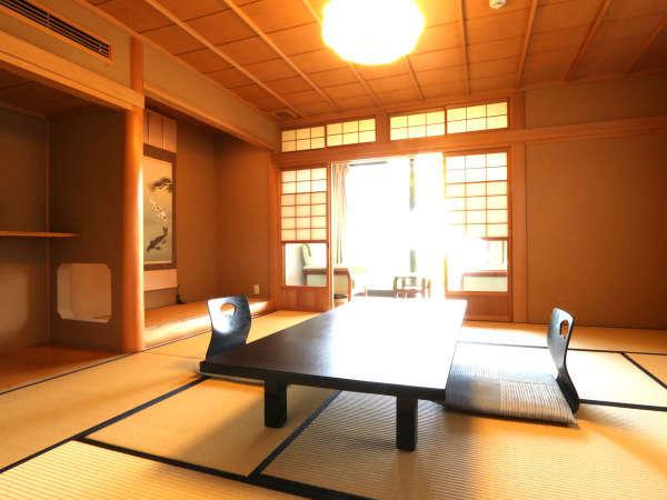 【浮島】和室10畳 お部屋の外には広々とした庭。臼杵湾の水平線とぽっかり浮かぶ浮き島が見えます。
