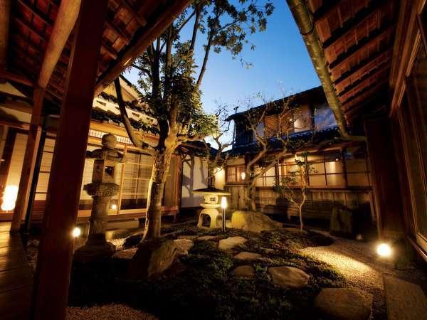 【内観・ONAE棟】中庭の濡れ縁に座って日本家屋ならではの風情を感じて。