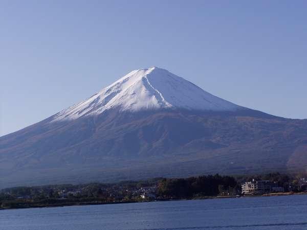 頭に雪冠をかぶった富士。紅葉と雪冠の富士山の共演を楽しんで!