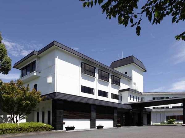白を基調としたスタイリッシュな外観♪空が近い当館は青空がよく似合います。