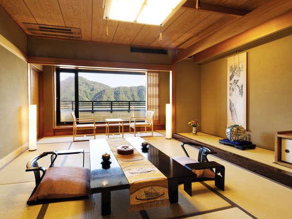 【露天風呂付特別室◇和洋室】[和室] 和の設えと、窓から見える円山川の情景がこころを癒します
