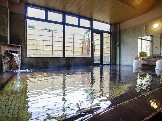 大浴場-湯船からお湯が溢れる源泉かけ流しの大浴場