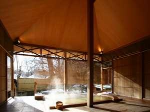 女性浴場「桂木乃湯」の露天風呂。3本の自家源泉をブレンドしたかけ流しの湯をお楽しみください。