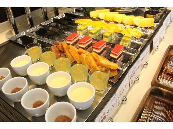 プリン、ミニケーキ、フルーツetc…朝から嬉しい☆デザートコーナー