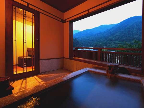 夕景に撮影した新客室の露天風呂(眺望の間-瑞雲)