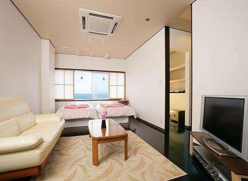 ベッドのお部屋ツインタイプ一例【特別室 招月】客室一広い内風呂が自慢です。