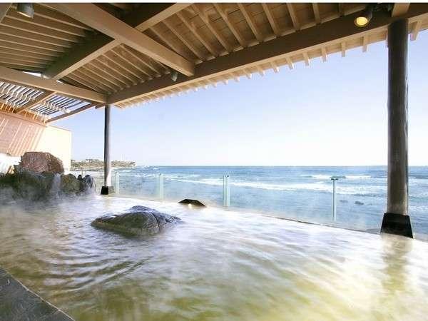 太平洋を一望の絶景露天風呂。お湯は犬吠埼潮の湯温泉の源泉です。