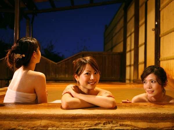 夜間も入れる自家泉源を持つ露天風呂。温泉に入って、すっきりリフレッシュ!また明日からがんばろ~♪