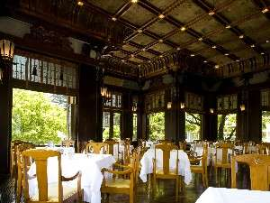 【レストラン・フランス料理】大きな窓からは四季折々の美しい風景が広がります