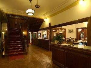 【ロビー】ロビー横の本館へと続く階段は、写真撮影の人気スポットです。