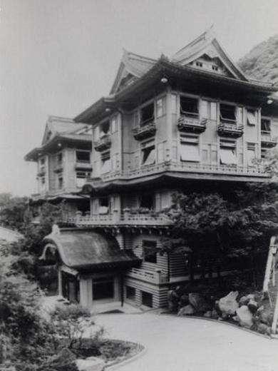 【花御殿】1936年当時の花御殿外観です。今も変わらぬ姿で宮ノ下の町を望みます。