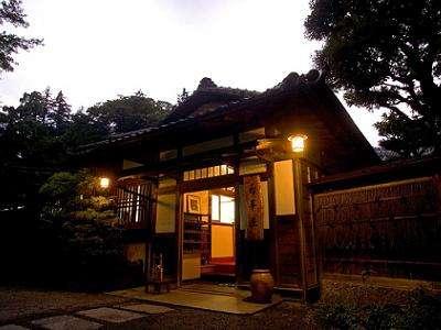 【菊華荘】夜の外観は、昼とは違った風情があります。