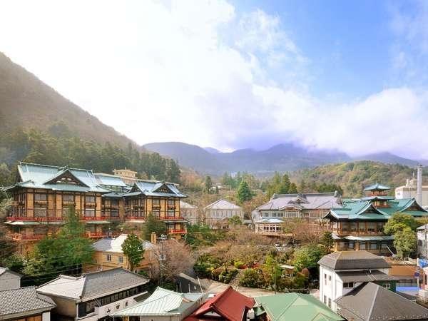 【富士屋ホテル全景】左から花御殿、フォレスト館、西洋館、本館、食堂棟と並びます