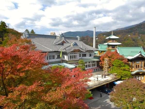登録有形文化財の本館(左)と食堂棟(右)。例年11月中旬~下頃は紅葉との美しい景色がご覧いただけます。