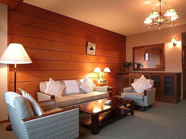 【フォレスト館・スイートルーム】2部屋から成るお部屋。箱根の山々と宮ノ下の町並みを一望(計 82平米)