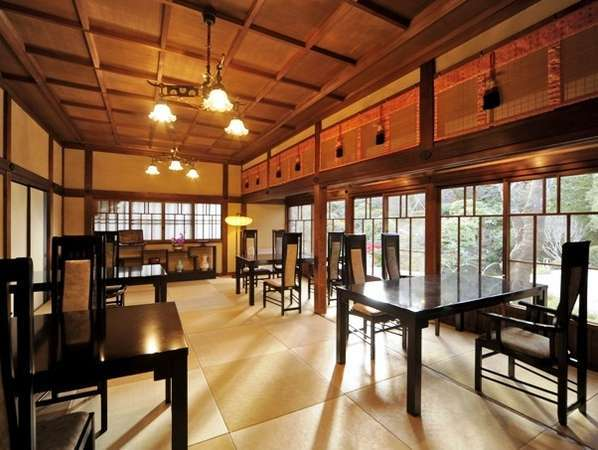 【レストラン・日本料理】庭園を望むお席も。館内の装飾を愉しみながら日本料理に舌鼓。