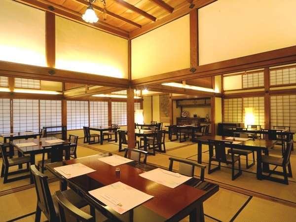 【レストラン・日本料理】皇室の御用邸として使われていた広間。今でも蚊帳の紐などが残っています。