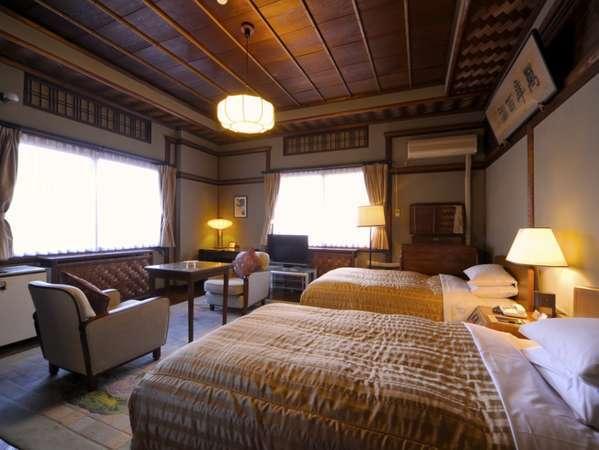 和洋折衷の温かみのあるお部屋は、昭和11年建築「花御殿」。花のモチーフが絨毯やドアに描かれています。
