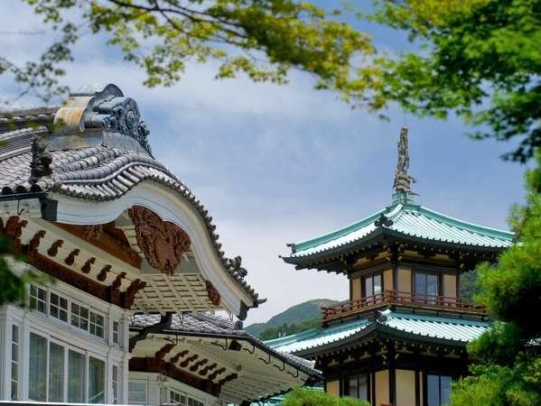 日本建築の風情を感じる外観。ホテル内にはまた違う景色が広がります・・・