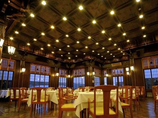 【レストラン・フランス料理】高い天井には日本アルプスの高山植物が描かれています。