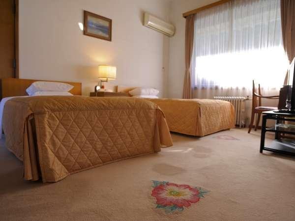 """各部屋に名付けられた花が絨毯にも描かれています(写真は""""けし""""の花)"""