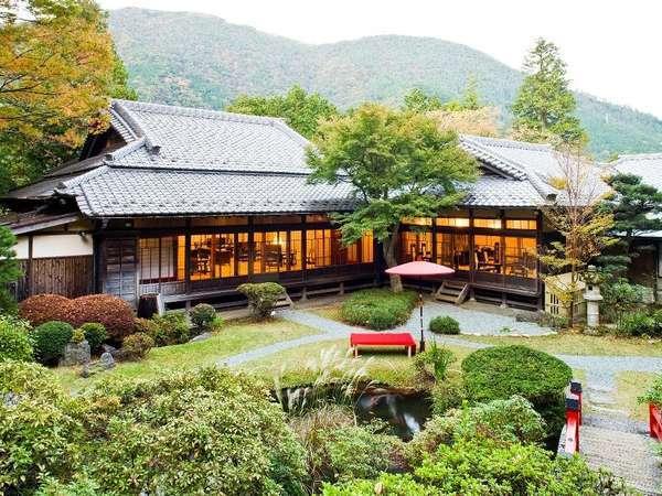 【レストラン・日本料理】菊華荘外観。ホテルより徒歩3分の別館にあり、目の前には日本庭園が広がります。