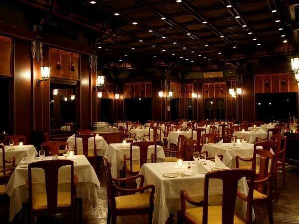 【レストラン・フランス料理】ディナータイムには天井や柱にある暖かなライトが趣ある店内を照らします。