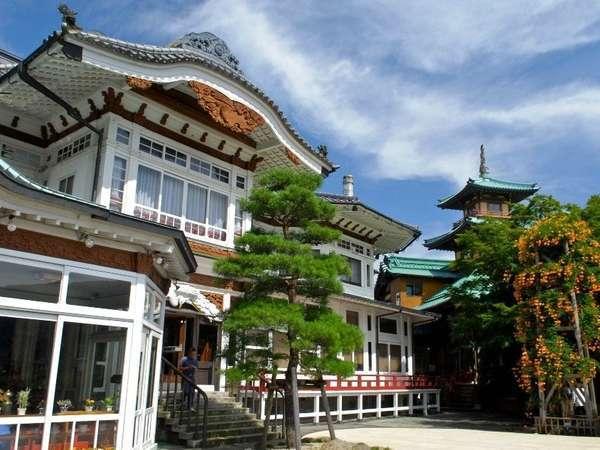 【明治24年建築「本館」】日本建築の風情を感じる外観。ホテル内にはまた違う景色が広がります・・・