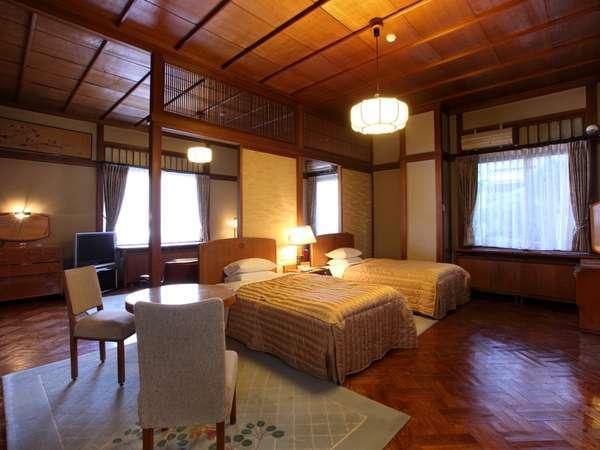 【花御殿・ジュニアスイート(一例】木の温もりを感じるお部屋。宮ノ下の町を望みます(61~66平米)