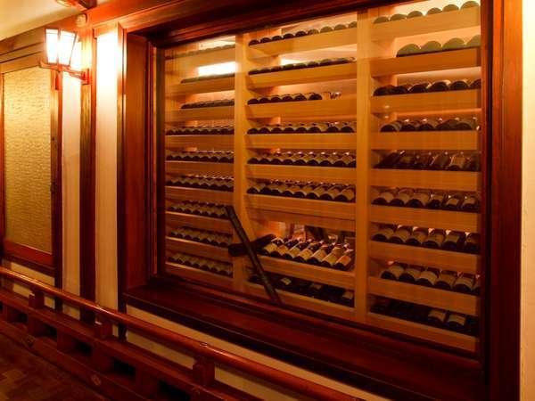 【レストラン・フランス料理】ワインセラーが皆様をお出迎え。ソムリエが厳選したワインが並びます。