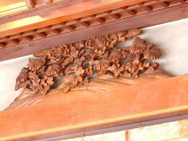 【レストラン・フランス料理】繊細な木彫刻の数々が今も残っています。