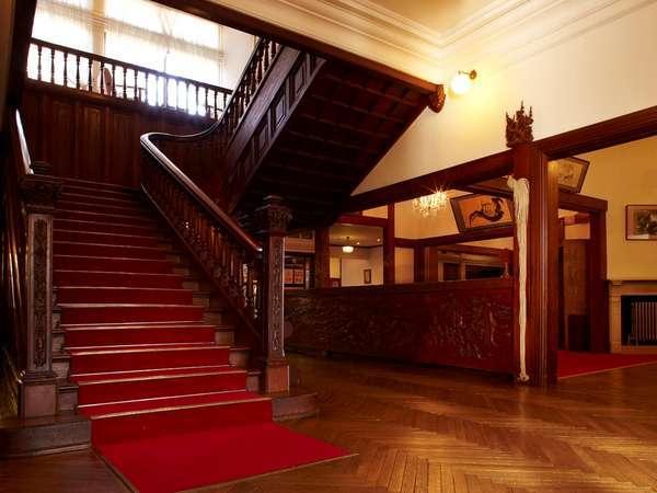 登録有形文化財「本館」の階段(ロビー横)は、明治の趣を感じるスポットのひとつ