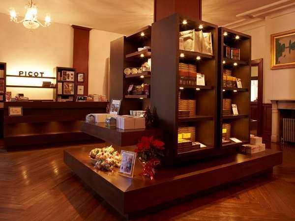 【ベーカリー】「ピコット ロビー店」オリジナルのお菓子やレトルト商品を主に販売(営業時間8:00~21:00)