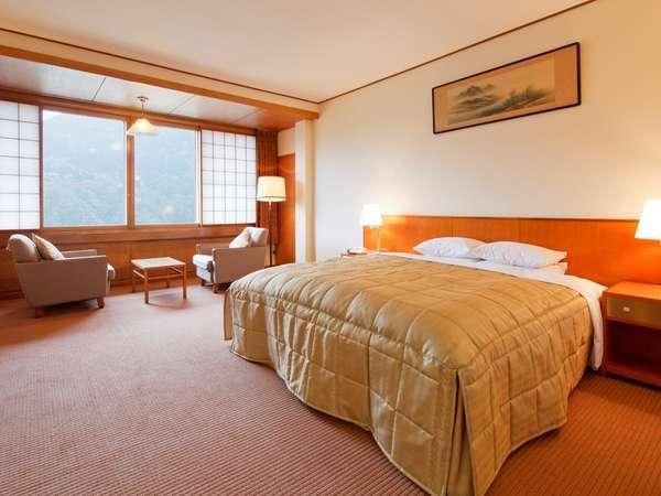 【フォレスト館・デラックスダブル(一例)】ゆったりとした広さのお部屋とキングサイズのベッド